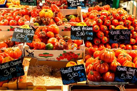 Various types of tomatoes on the market, Metz, France Reklamní fotografie - 34258089