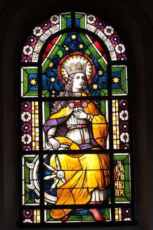 north  rhine westphalia: buntes Kirchenfenster in der Pfarrkirche Sankt Lambertus, Erfstadt-Bliesheim, Nordrhein,Westfalen, Deutschland