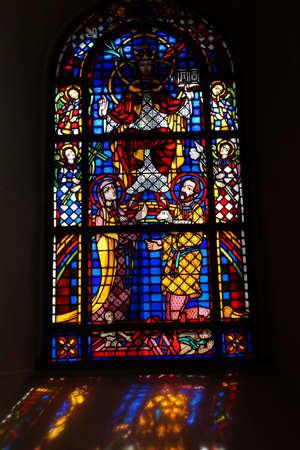 westfalen: buntes Kirchenfenster in der Pfarrkirche Sankt Lambertus, Erfstadt-Bliesheim, Nordrhein,Westfalen, Deutschland