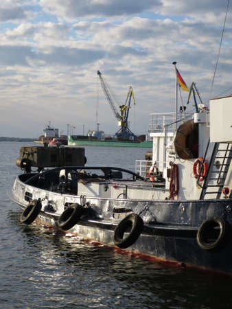 wood trade: Schiffskran im Seehafen, Wismar, Mecklenburg-Vorpommern, Deutschland