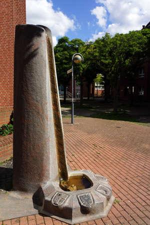 north rhine westphalia: moderner Brunnen auf dem Platz der deutschen Einheit, Neuss, Nordrhein-Westfalen, Deutschland