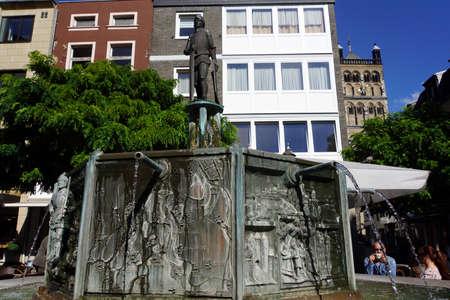 north  rhine westphalia: Hermann von Hessen-Statue auf dem Brunnen auf dem Marktplatz, Neuss, Nordrhein-Westfalen, Deutschland