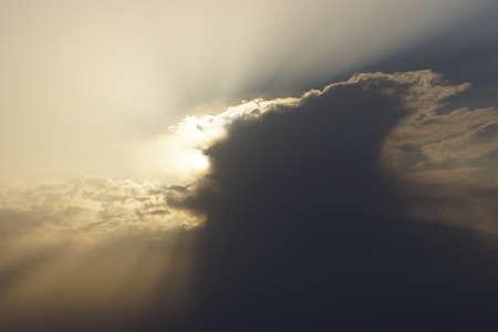 atmospheric: Sonne verschwindet hinter Wolken Stock Photo