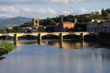 toskana: Blick von der Ponte Vecchio auf den Arno, Florenz, Toskana, Italien