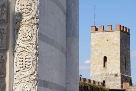 Hintergrund: Detail am Baptisterium,im Hintergrund die Stadtmauer, Pisa, Toskana, Italien Stock Photo