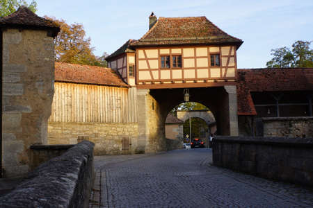 facade baudenkmal: Roeder gate, part of the historic city wall of Rothenburg ob der Tauber, Bavaria, Germany