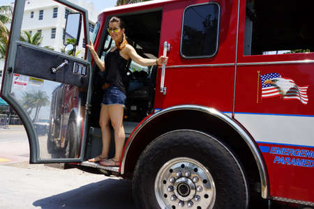 voiture de pompiers: Touristiques sur un moteur de feu, Miami Beach, Floride, États-Unis Éditoriale
