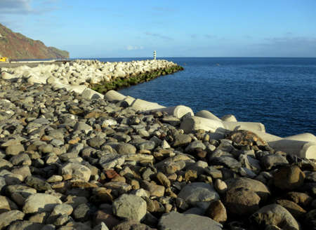 meer: Wave breaker on the pebble beach, Funchal, Madeira, Portugal