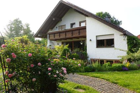 Strauchrosen im Garten, Nordrhein-Westfalen, Deutschland Standard-Bild - 59224427