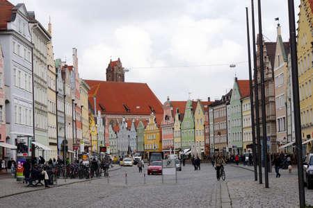 renovierte und restaurierte historische Altstadt Landshut - Heilige Geisterkirche, Bayern, Deutschland
