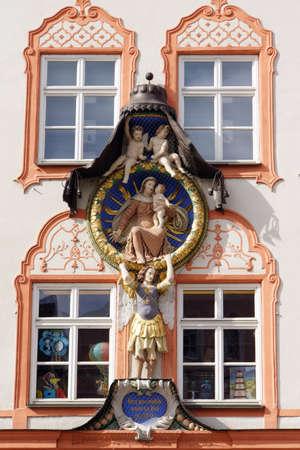renovierte und restaurierte historische Altstadt Landshut - Madonna in der Aureole, Bayern, Deutschland Editorial