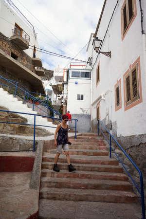 Enge Gassen und Treppen in der steilen Altstadt von Puerto de Mogan, Gran Canaria, Kanarische Inseln, Spanien