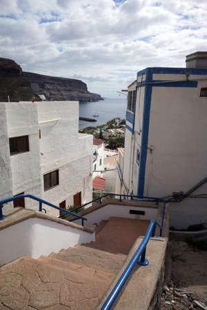 Schmale Straßen und Treppen in der steilen alten Stadt von Puerto de Mogan, Gran Canaria, Kanarische Inseln, Spanien Standard-Bild