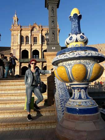 Toerist op Plaza de Espagna, Sevilla, Andalusië, Spanje
