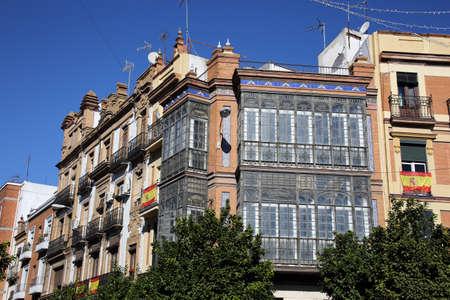 Jugendstilfassade mit typischem Balkon und Erker in Roheisen und Glas, Sevilla, Andalusien, Spanien Editorial