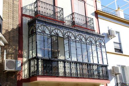 Art Nouveau-Fassade mit typischem Balkon und Erkerfenster im Roheisen und im Glas, Sevilla, Andalusien, Spanien