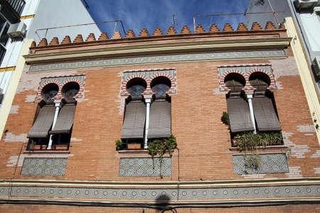 Art Nouveau-voorgevel op een woningbouw in het district Triana, Sevilla, Andalusia, Spanje