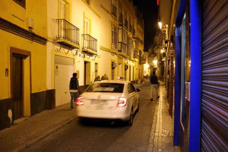 typische Straße in der historischen Altstadt bei Nacht, Sevilla, Andalusien, Spanien