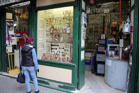 La mujer mira la pantalla del escaparate. Ferretería, Sevilla, Andalucía, España Editorial