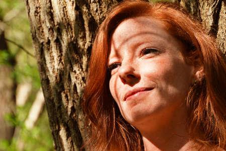 Porträt einer jungen rothaarige Frau Standard-Bild - 95992717