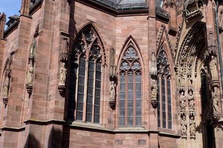 Wormser Dom St. Peter - filigrane Steinmetzarbeit über dem  Portal, Worms, Rheinland-Pfalz, Deutschland