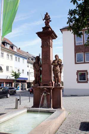 Gerechtigkeitsbrunnen auf dem Marktplatz, Worms, Rheinland-Pfalz, Deutschland