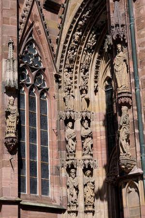 Wormser Dom St. Peter - filigrane Steinmetzarbeit über dem Portal, Worms, Rheinland-Pfalz, Deutschland Editorial