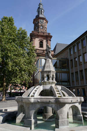 Siegfriedbrunnen vor dem Haus der Münze, im Hintergrund die evangelische Dreifaltigkeitskirche, Worms, Rheinland-Pfalz, Deutschland