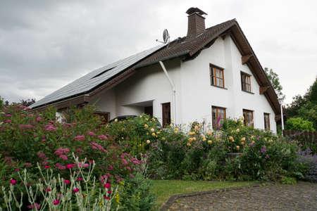 Einfamilienhaus im Landhaus-Stil mit Photovoltaik-Anlage Standard-Bild