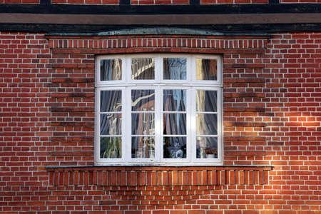 Altes Sprossenfenster in einer Backsteinfassade, Bad Bevensen, Niedersachsen, Deutschland