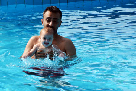 picknic: Father and daughter at swimming pool - water fun! Stock Photo