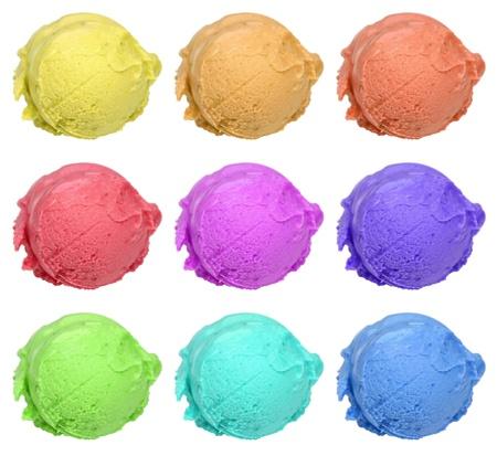 Sammlung von neun farbigen Eiskugeln isoliert auf weiß