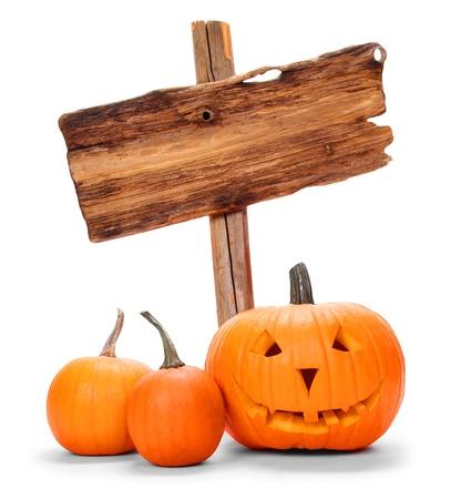 Halloween pompoenen met houten teken op wit wordt geïsoleerd Stockfoto