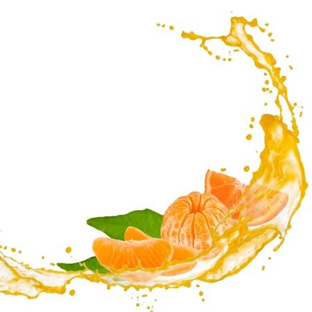 citricos: Rodajas de mandarina con salpicaduras y deja aislado en blanco