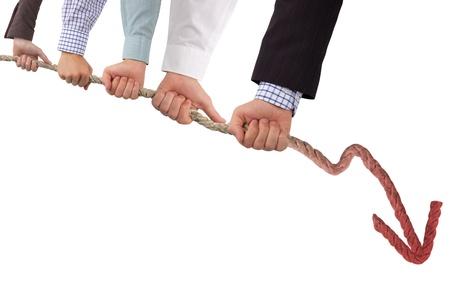 Hände halten Seil mit roten Pfeil, Konzept der Krise Standard-Bild - 14738846