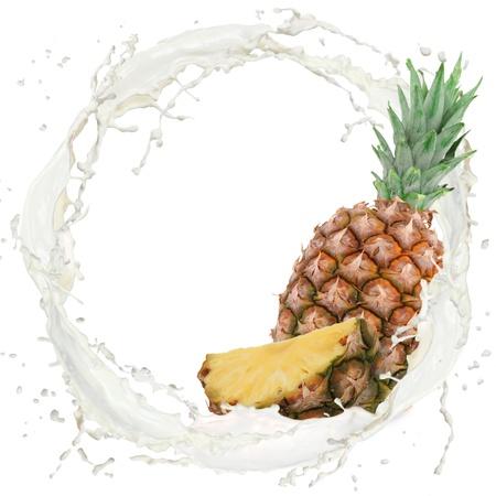 pi�as: Splash de leche con pi�a aislada en blanco