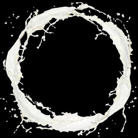 latte fresco: Milk splash isolato su fondo nero