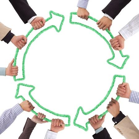 armonia: Manos sosteniendo flechas verdes