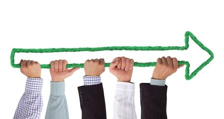 flecha derecha: Manos que sostienen flecha verde Foto de archivo