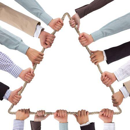 fraternidad: Manos cuerda que sujeta triángulo que forma aislada en blanco