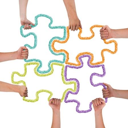 piezas de puzzle: Manos sosteniendo coloridas piezas del rompecabezas