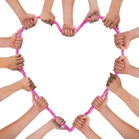 bondad: Manos que sostienen el corazón rosado aislado en blanco