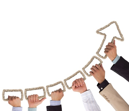 fortaleza: Manos formando cuerda que sujeta flecha apuntando hacia arriba