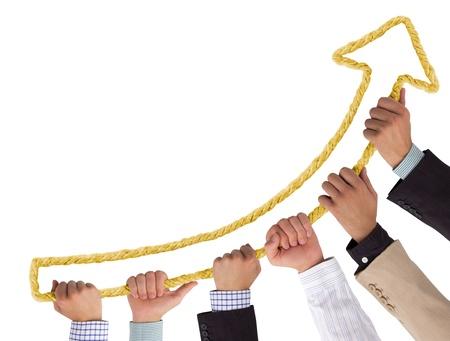 verhogen: Handen die gele touw vormen naar boven wijzende pijl Stockfoto