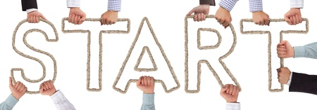 empezar: Manos que sostienen letras que forman etiqueta de inicio
