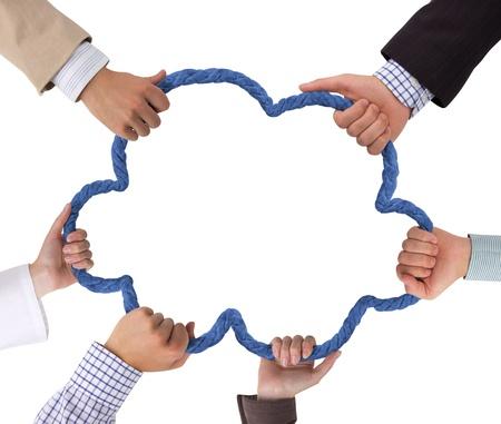 fidelidad: Manos de negocios que sostiene la cuerda formando nubes