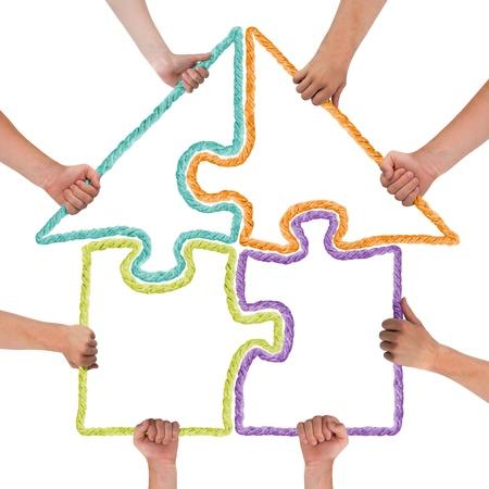 Handen die puzzel vormen huis