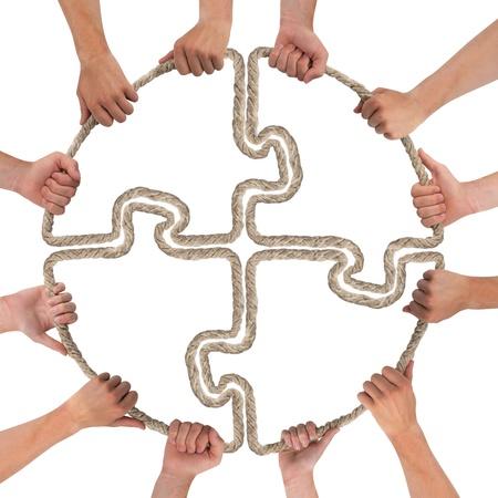 trabajo de equipo: Manos que sostienen la cuerda formando rompecabezas