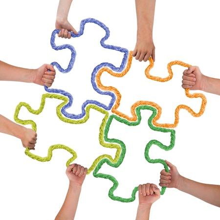 Handen die kleurrijke puzzelstukken Stockfoto