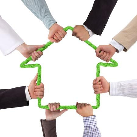 Handen die touw vormen huis Stockfoto